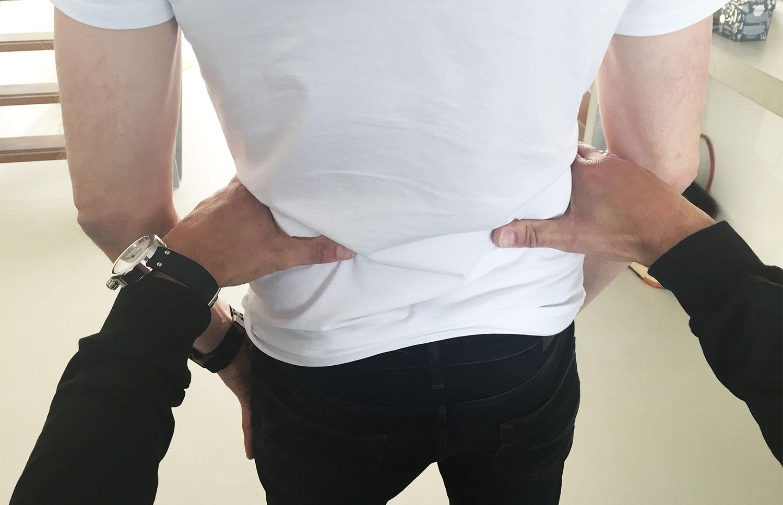 Tom beoefent het uitlijnen van het lichaam